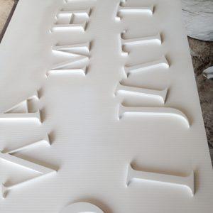 งานตัวอักษร วัสดุ: พลาสวูดสีขาว 3 mm ตัดด้วยเครื่อง CNC router [หจก.ยู่อี่การพิมพ์]